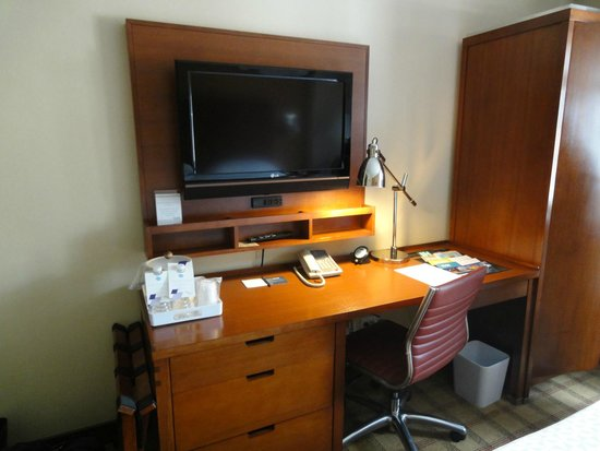 Four Points by Sheraton Midtown - Times Square: Desk and TElevision