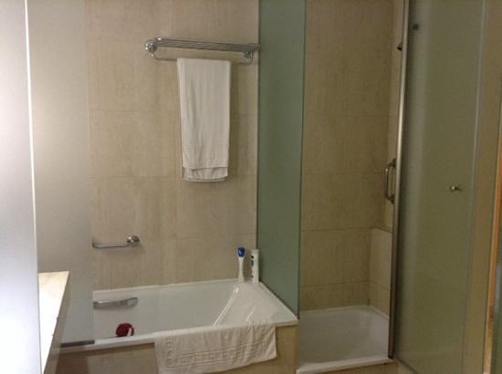 Hotel Levante Club & Spa: bath and private shower