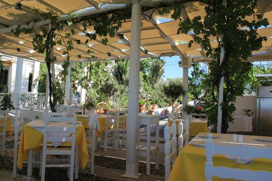 Pyrgos Restaurant: Очень уютно