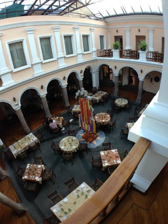 Hotel Patio Andaluz: looking down at dining area from indoor balcony outside room