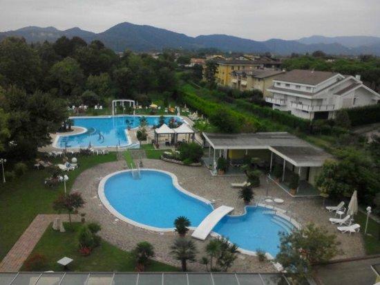 Hotel Harrys' Garden: Vista camera sulle piscine