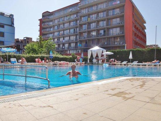 Amaris Hotel: Fint poolområde