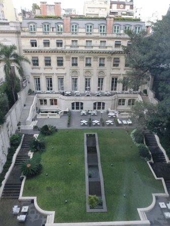 Palacio Duhau - Park Hyatt Buenos Aires: Vista do grande jardim interno do hotel