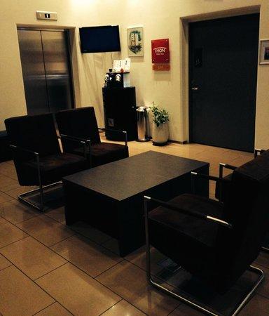 Thon Hotel Alta: Resepsjon - sittegruppe og Kaffe-/themaskin
