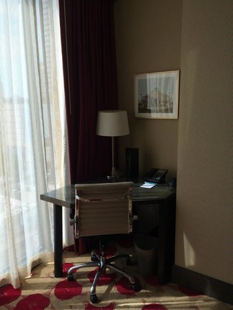 Kimpton Hotel Palomar Chicago: desk corner with city view