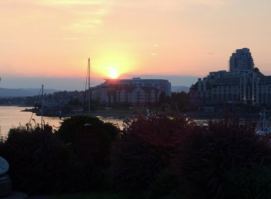 Delta Victoria Ocean Pointe Resort and Spa: Victoria at sunset