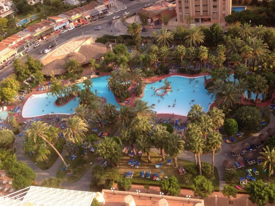 Melia Benidorm: Notise how many beds are taken compared to how little people that's here, seems like people are