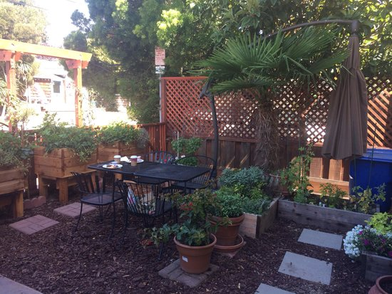 Bella Notte - The Inn at East Cliff: Breakfast garden