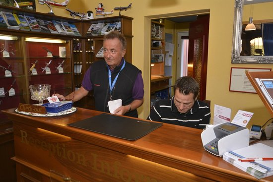 Hotel Roessli : Jean Louis and Christopher working hard at reception