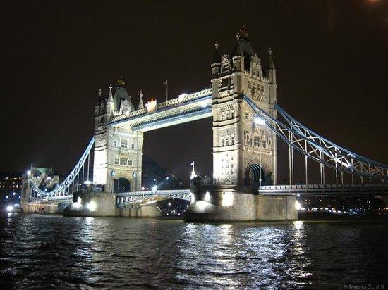 Puente Tower Bridge: Tower Bridge com iluminação noturna