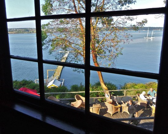 The Captain Whidbey Inn: Looking down on dining deck: beautiful setting