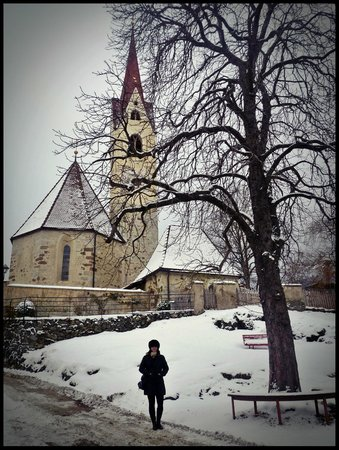 Hotel zur Sonne: La chiesa sulla collina