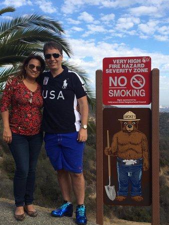 Hollywood : No topo, perto da placa para não fumar