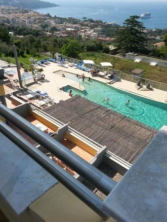 Art Hotel Gran Paradiso: Zicht op het zwembad vanop ons balkon