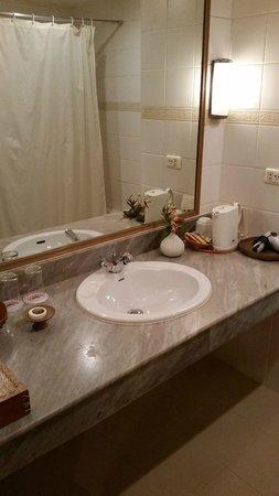 The Tarntawan Hotel Surawong Bangkok : Wash hand basin area