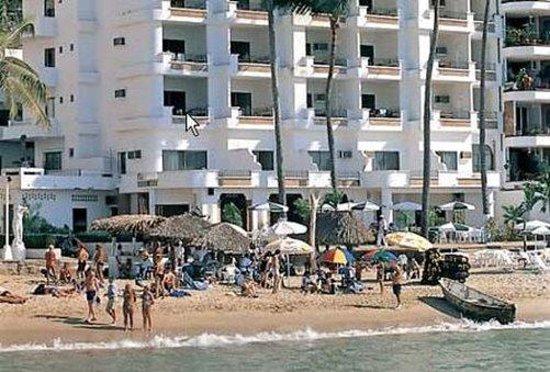 Emperador Vallarta Beachfront Hotel & Suites: Hotel Exterior