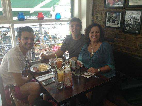 Premises Cafe: Nossa família!