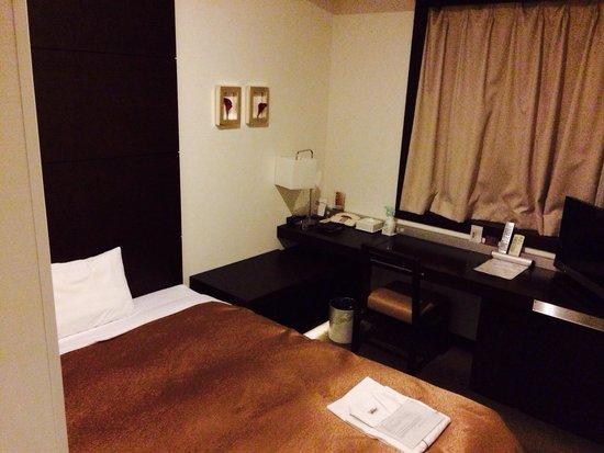 Hotel JAL City Haneda Tokyo: シングルルーム。 比較的高層階で夜景も綺麗でした。 狭さが気になるけど、部屋に見合わずベッドが大きいということに行き着きました(笑)