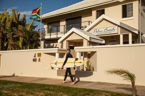 Palm Beach Guesthouse: Dale off to surf.