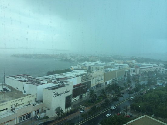Live Aqua Beach Resort Cancun : Raining