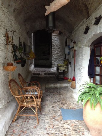 Old Bussana (Bussana Vecchia): decor