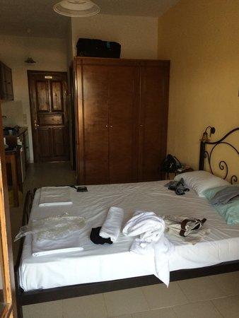 camera da letto, e in fondo a sinistra si intravede la parete ... - Parete Attrezzata Camera Da Letto