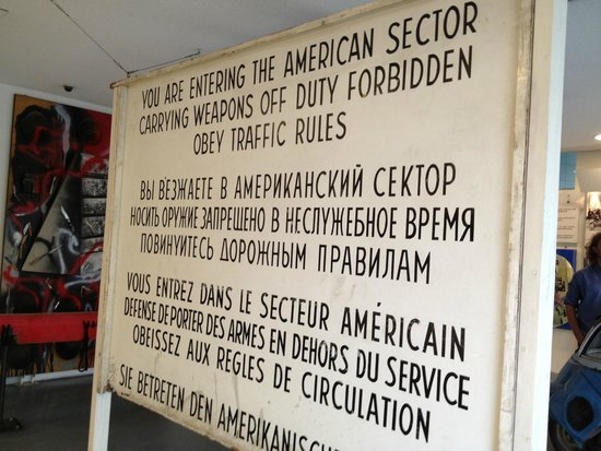 Berlin Wall Museum (Museum Haus am Checkpoint Charlie): cartel original de checkpoint charly