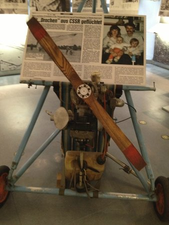 Berlin Wall Museum (Museum Haus am Checkpoint Charlie): Avion ultraligero