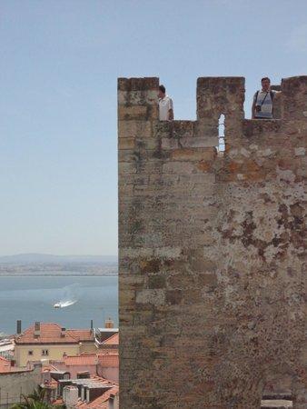 Castillo de San Jorge: Uma das torres do castelo e rio Tejo ao fundo