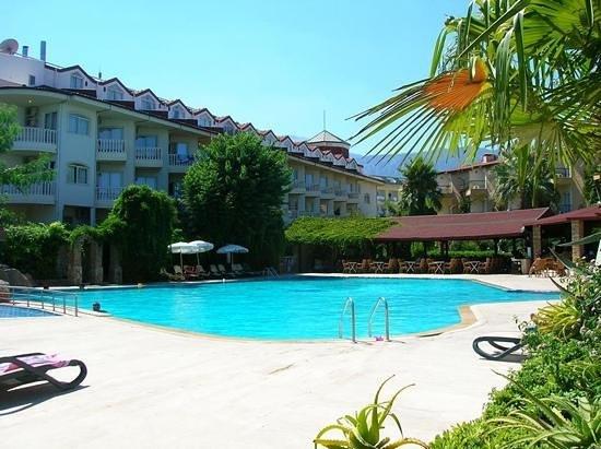 Sunland Beach Hotel : Бассейн и ресторан