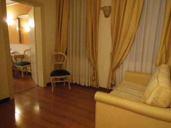Alla Corte Rossa : le petit salon de la chambre