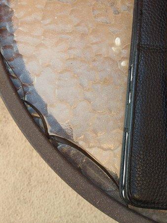 DoubleTree by Hilton Santa Fe: Broken glass top table
