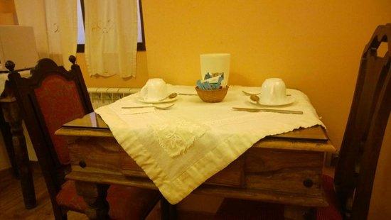 Hotel Don Carlos Caceres: tavolino da colazione