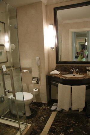 Corinthia Hotel Budapest: Bathroom with shower and tub
