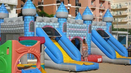 Merano: il castello gonfiabile nel parco giochi spiaggia