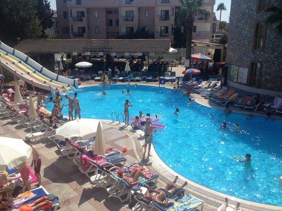 Alenz Suite Hotel : Big pool