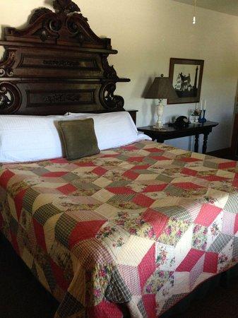 Roanoke Island Inn: King size antique bed