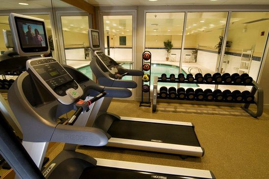 Hilton Garden Inn Portland Airport: Fitness Center with Pool View