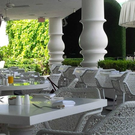 Mondrian South Beach Hotel: Breakfast patio overlooking the pool