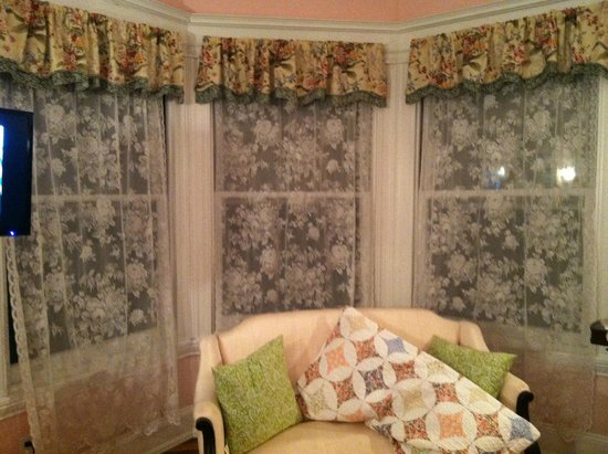 Six Acres Bed & Breakfast: No blinds, just lace curtains