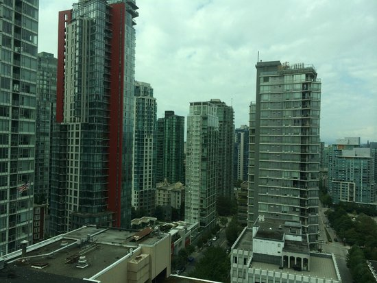 Coast Coal Harbour Hotel: View of Coal Harbour neighborhood from our room.