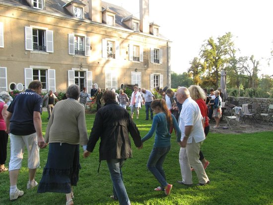 La Cimentelle : Traditional dancing on the lawn
