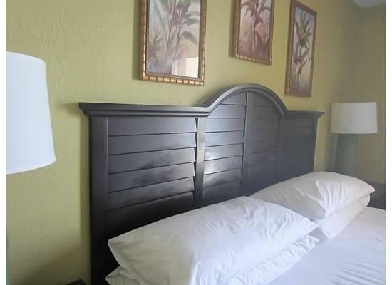 Embassy Suites by Hilton Fort Lauderdale 17th Street: Headboard had some kind of substance on it.