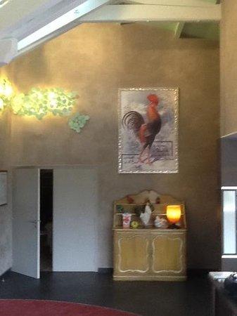 Hotel Mercure Bourg En Bresse: foyer of hotel with chicken motifs