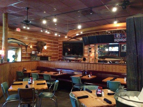 Rockfish Seafood Grill: Nice comfortable setting.