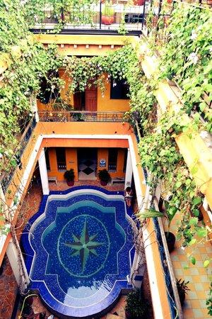 La Brisa Loca Hostel: patio interno con pileta