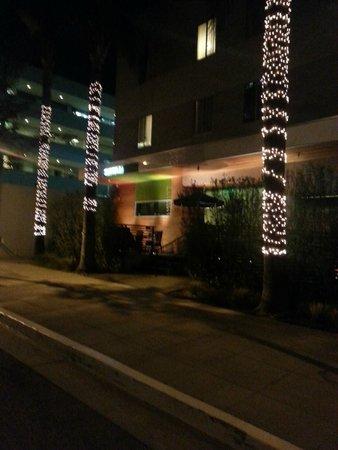 Sirtaj Hotel: Front of hotel - night