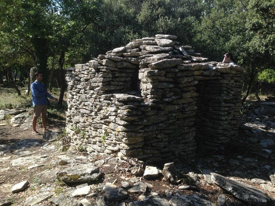 Enclos des Bories: square hut with deadly to protect the village