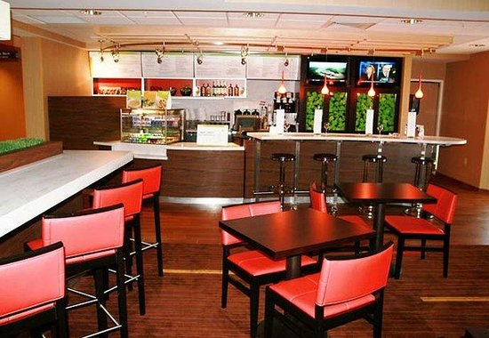 Courtyard by Marriott Traverse City: Bistro Bar