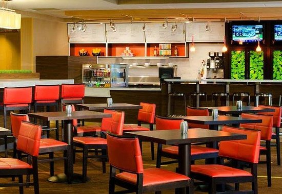 Courtyard by Marriott Traverse City: Bistro Dining Area